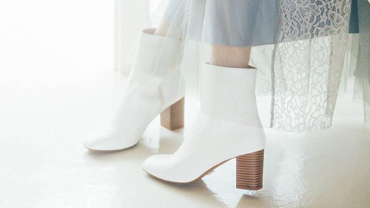 マンネリ冬服を一新!即おしゃれになれる「白シューズ&カラーファーバッグ」5選