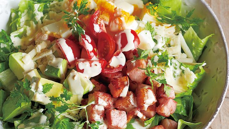 【ダイエット】低糖質&美肌!アボカドとベーコンの「満腹シーザーサラダ」